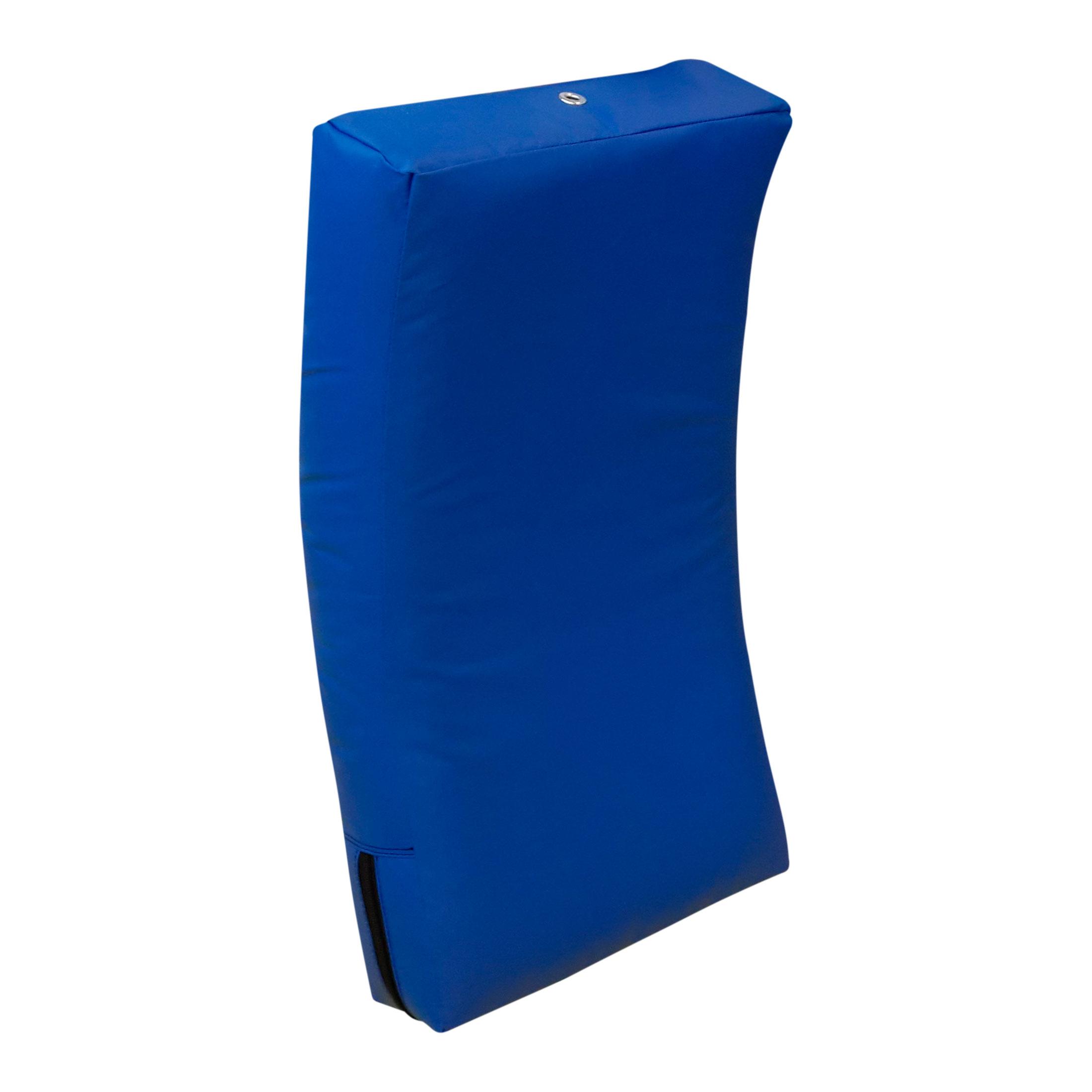 Макивара изогнутая с закругленными углами, выполненная из тента. Удерживается в положении для отработки лоу кика.